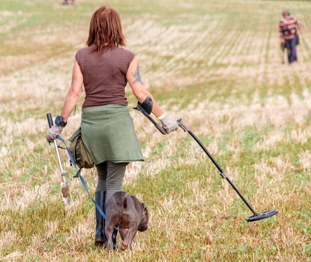 En detektorkvinde og hendes hund